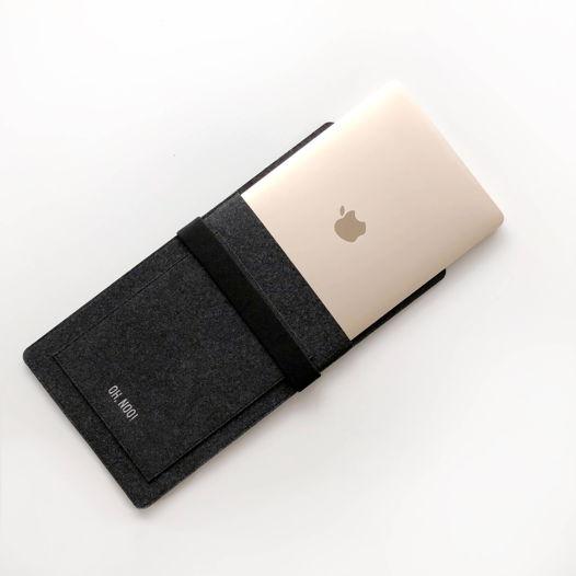 Вертикальный чехол с крышкой из фетра для Macbook черного цвета