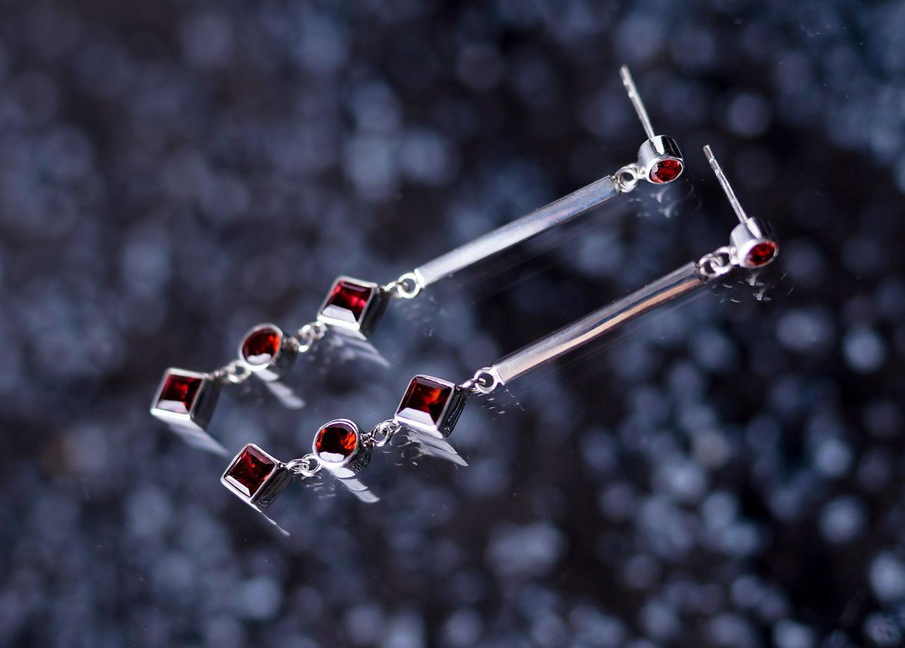 Длинные серебряные серьги-гвоздики с красным гранатом
