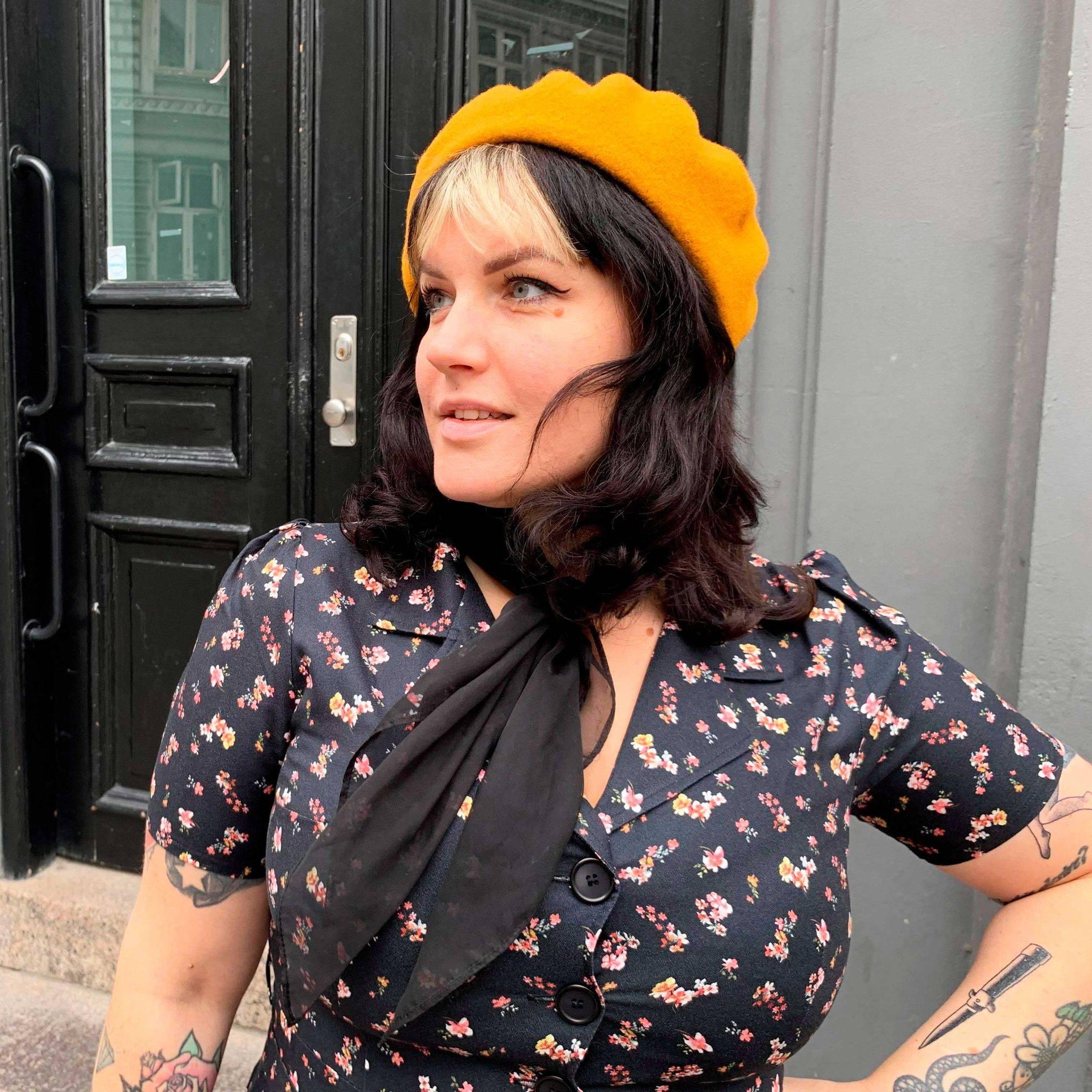 Jeanette i ternet swingkjole fra Unique Vintage