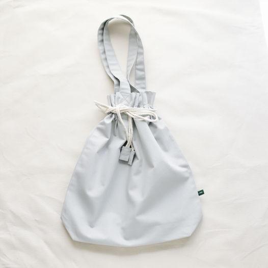 Серая наплечная сумка с затягивающимся верхом