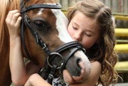 iris brosen kind schmust mit pferd vg
