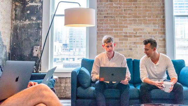 To mænd, som sidder med en computer og taler og crowdlending