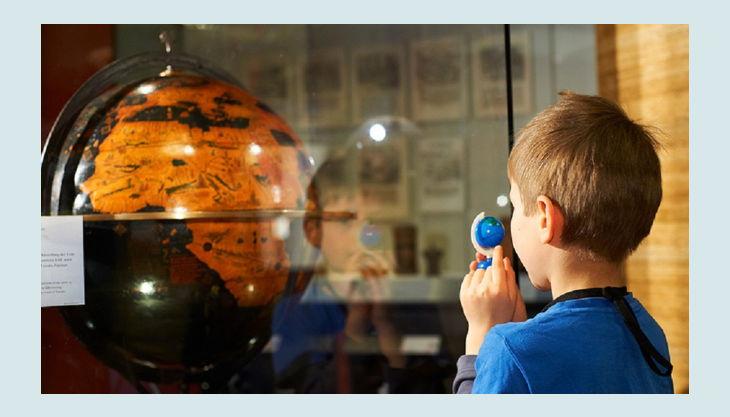 stiftung deutsches historisches museum kind mit globus