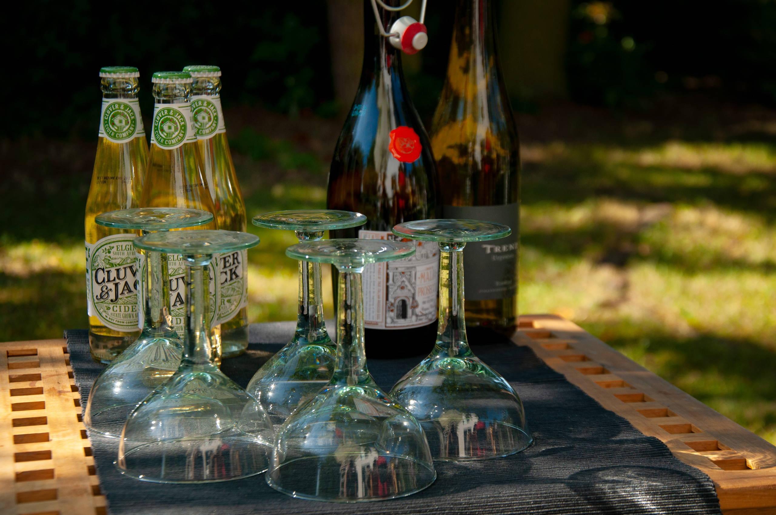 Getränk in Gläsern mit Zitrone und Minze auf Holzbrett