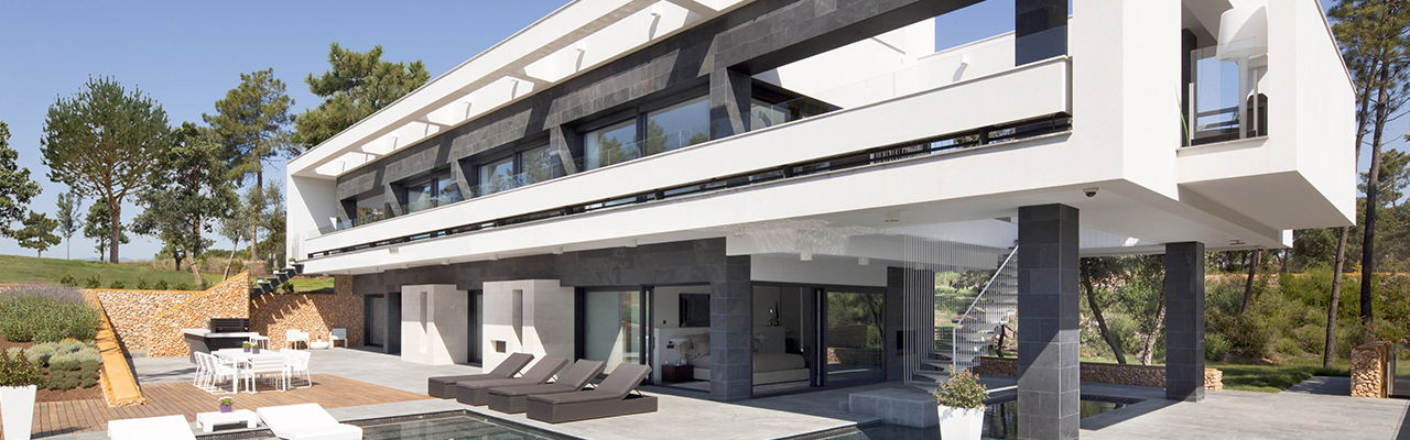 Hamburg - Designed by the architectural firm Lagula, this model villa is located in La Vinya in a Mediterranean landscape, right next to the championship golf course in the resort PGA Catalunya in Spain.