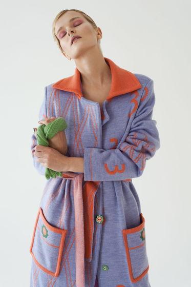 Вязаное пальто-халат, с поясом и накладными карманами.