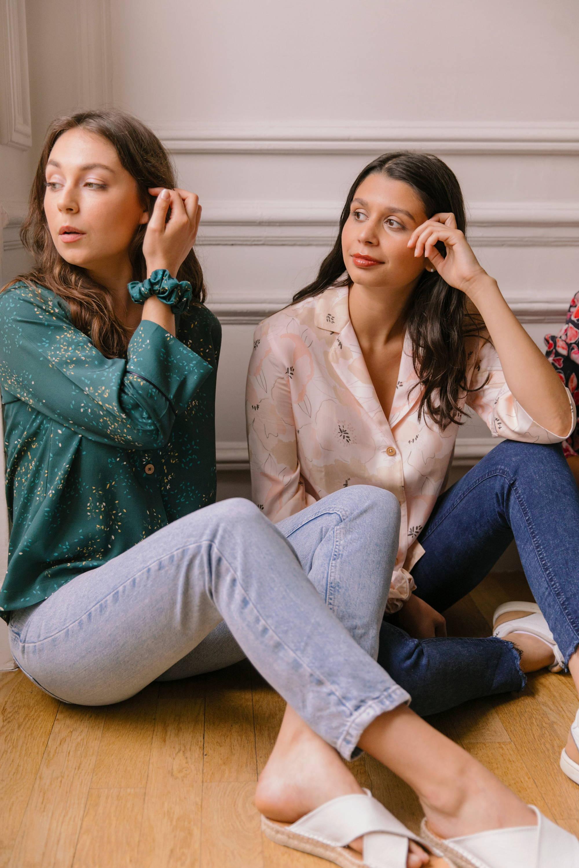 Nêge Paris – Chouchou et Pyjama Rue des Etoiles chemise pantalon vert profond habillé de lueurs orange et dorées