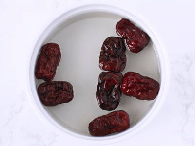 Rinse red dates with water before using. Optionally, soak red dates in warm water for 30 minutes to soften them.