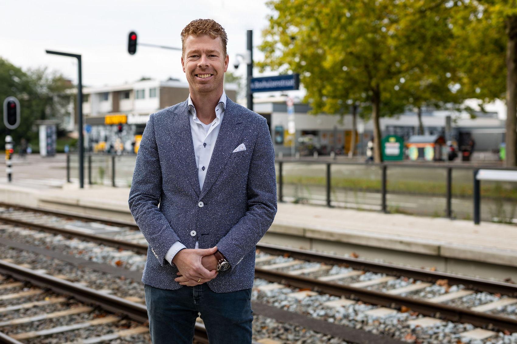 Ondernemer Bob Bobeldijk bij de halte Van Boshuizenstraat.