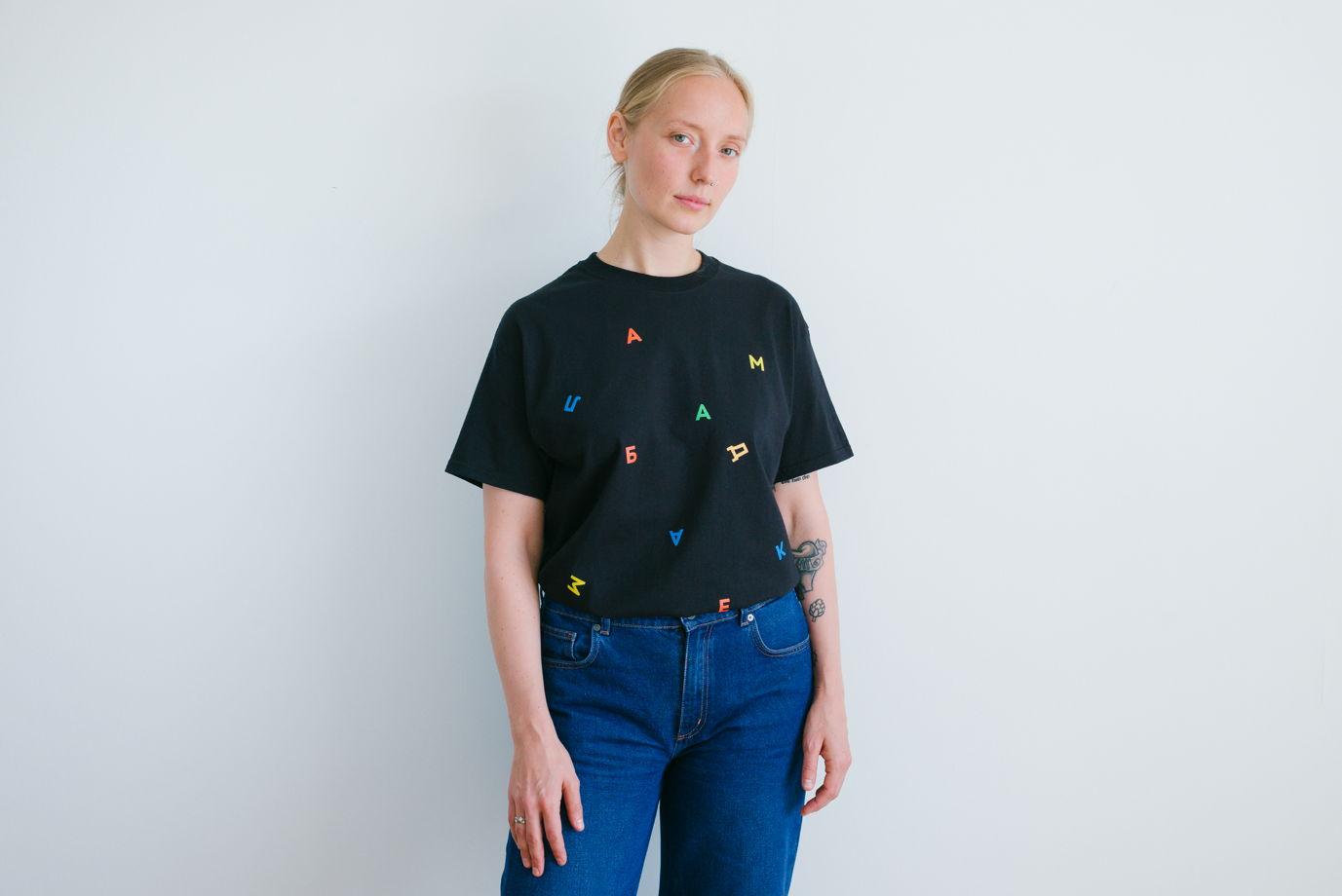 Черная футболка «Буквы»