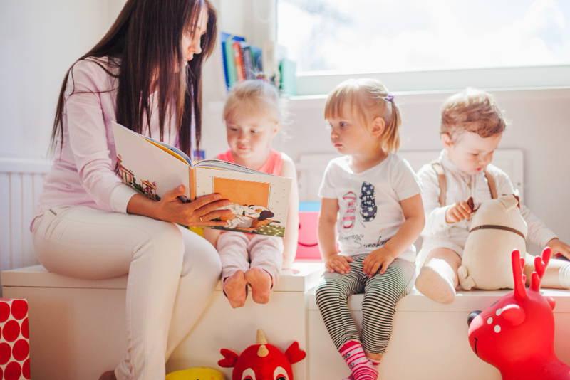 Gyerekek a bölcsiben