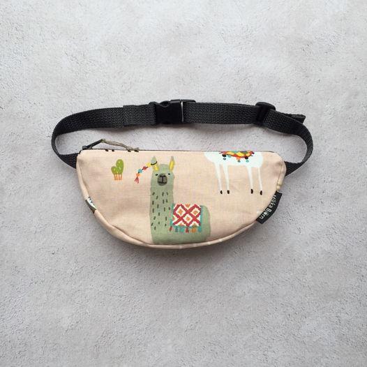 "Детская поясная сумочка ""Лама с сережкой"""