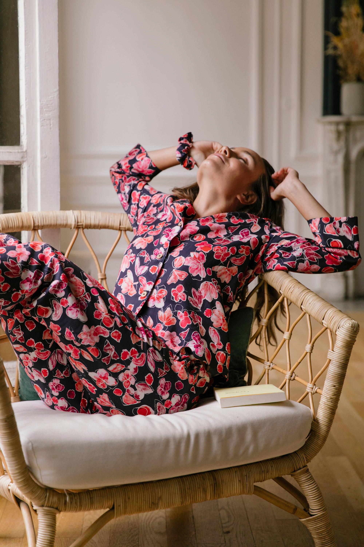 Nêge Paris - Chouchou et Pyjama Encore un Soir chemise pantalon avec un fond bleu nuit orné de détails floraux et fruités dans des coloris roses et rouges