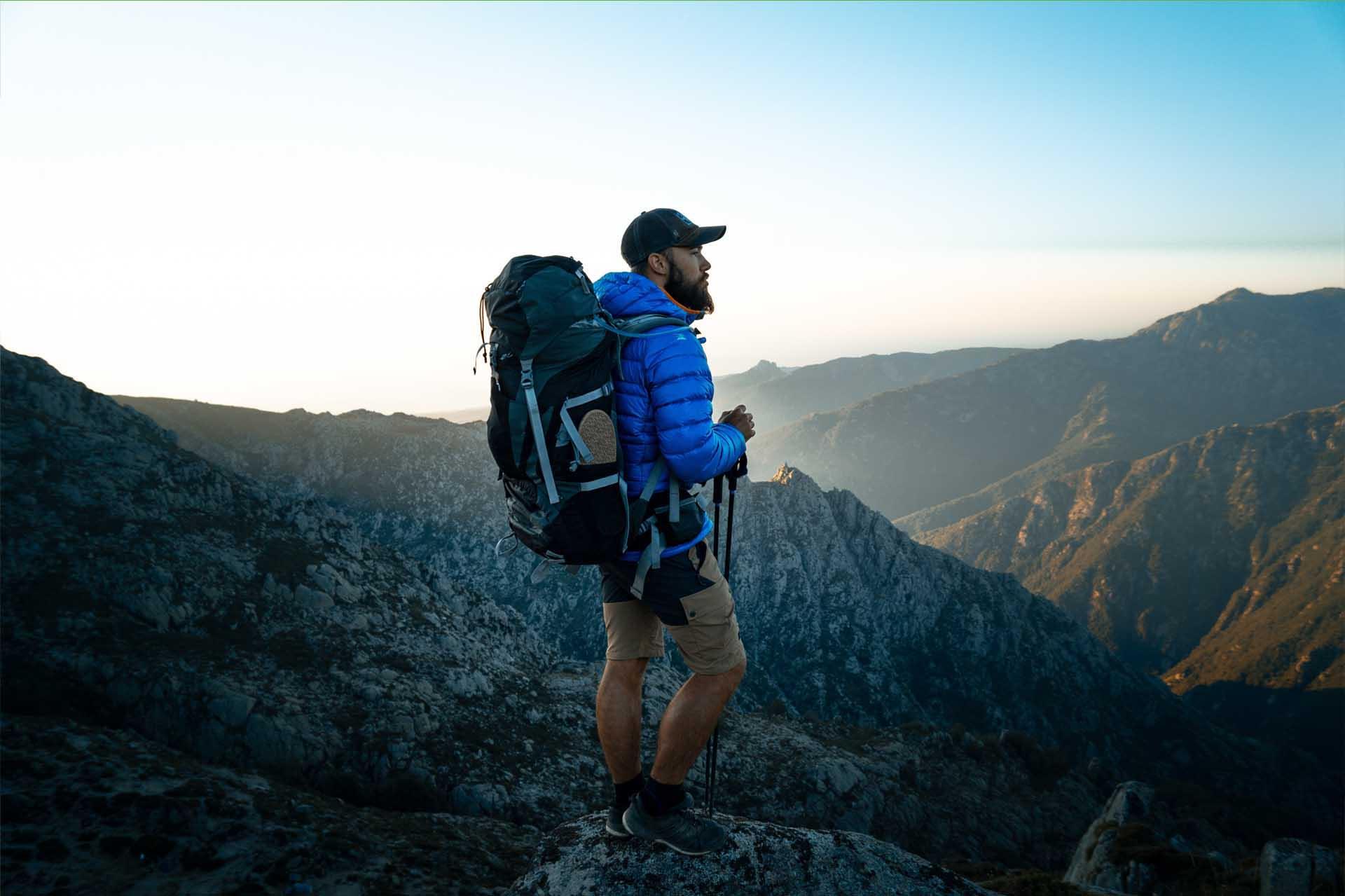 Programme explorateur de Mount Trail. Nous donnons des sacs de couchage, tentes, sac à dos pour les randonneurs et explorateurs.
