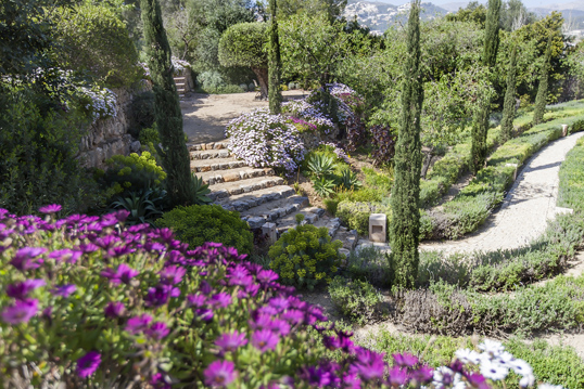 Cannes - 3 low-maintenance landscaping tips for selling your home this spring