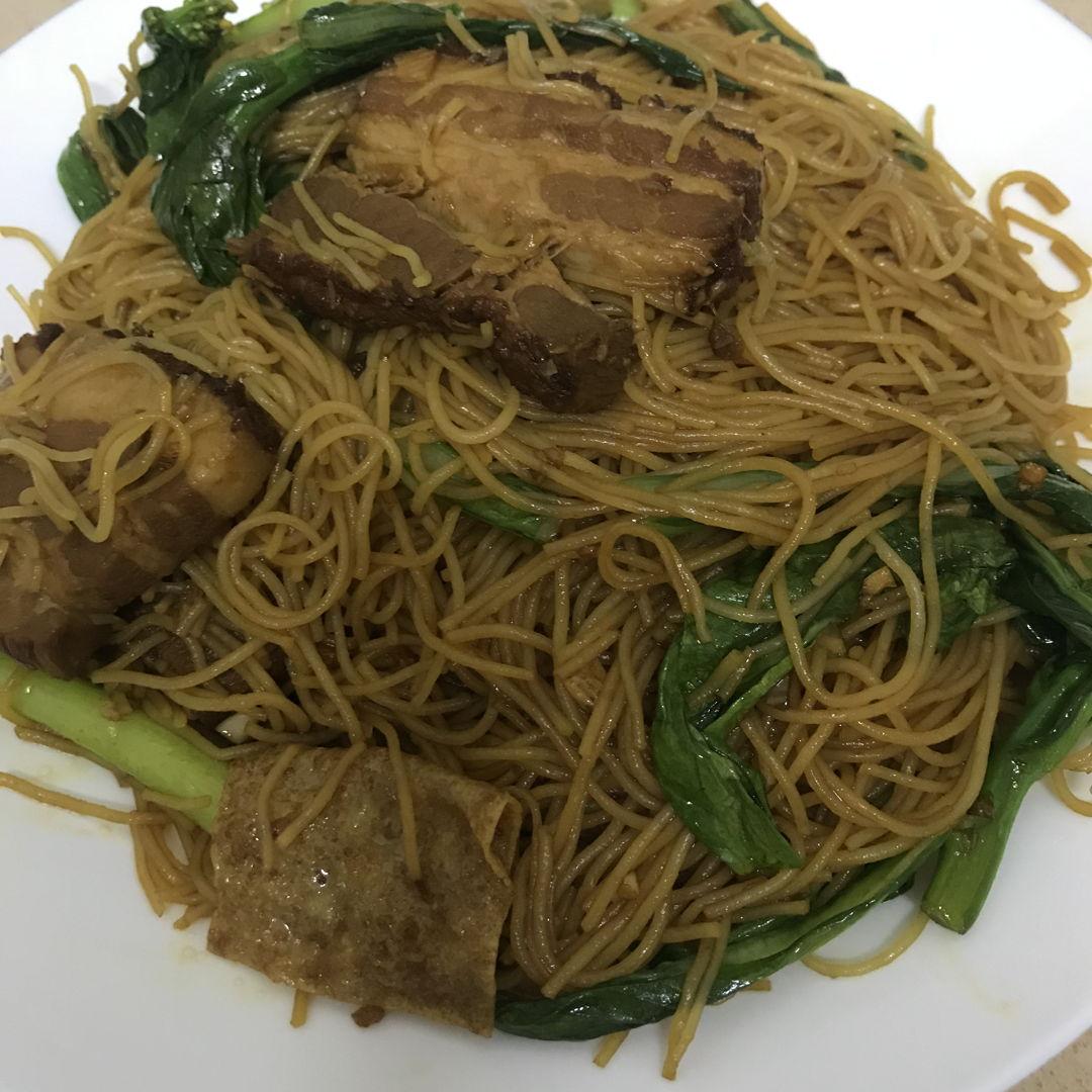 Stewed pork fried mee hoon 扣肉炒米粉