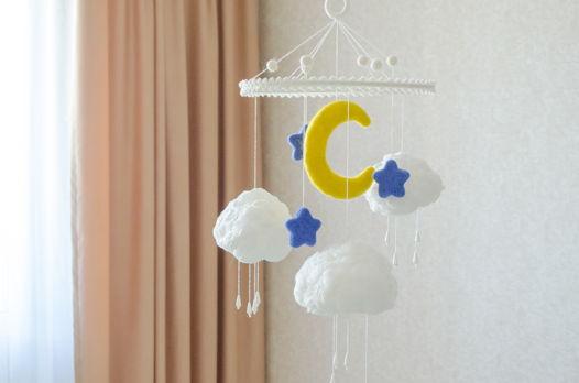 Детский мобиль в кроватку ручной работы из белых хлопковых облаков, луны и звезд из шерсти