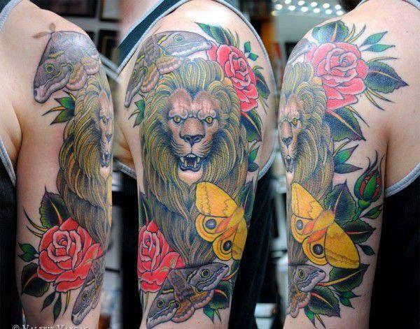 Tatouage Lion Rugissant Fleurs