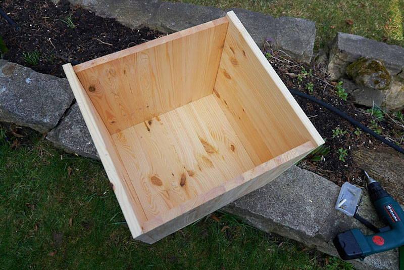 Die vier Hauptwände sind zu einer Kiste zusammengeschraubt