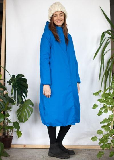ярко-голубое зимнее пальто