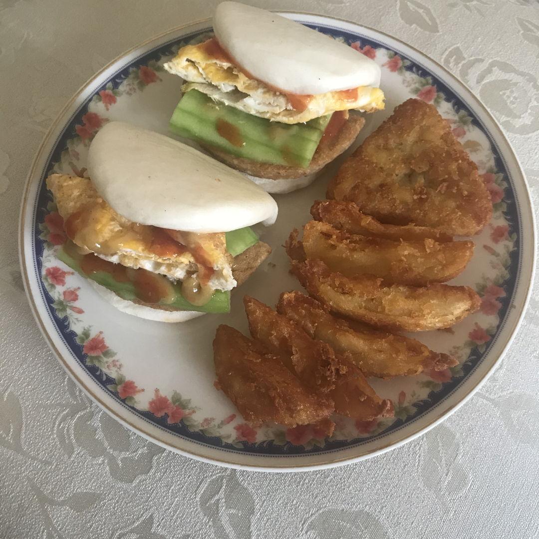 Lotus bun burgers, hash brown and curry potato wedges 🤤🤤🤤😍