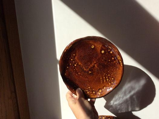 Коричневые керамические тарелки