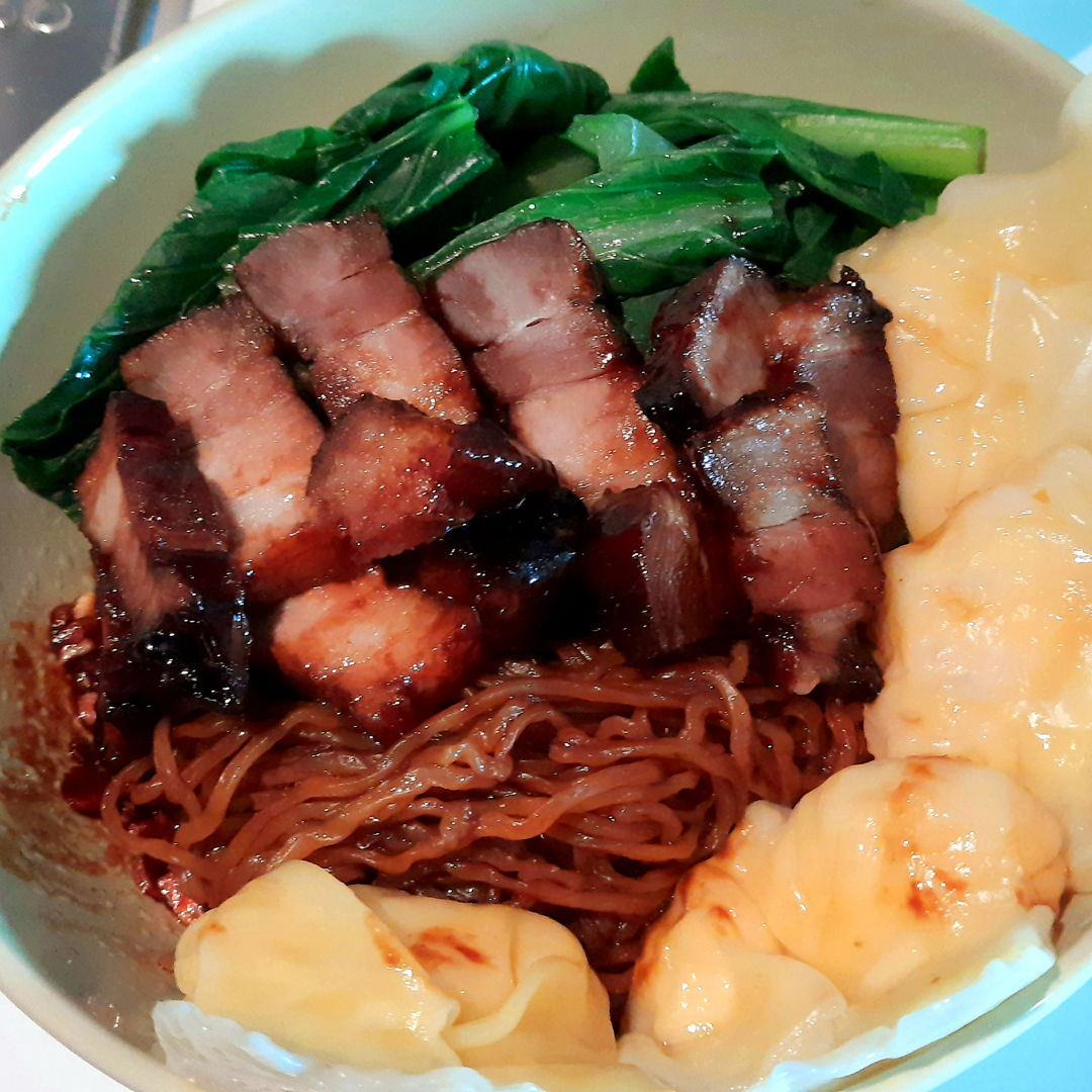 I made a batch of wonton noodles a few days ago but skipped on the char siu because I had no time to make it. Since I wasn't satisfied with it, I decided to make another batch for lunch today... this time WITH char siu! Personally, I like my dry wonton noodles to have a combination of sweet and salty, so I added some of the char siu marinade to the noodle sauce mixture ~ AND IT WAS MAGIC!
