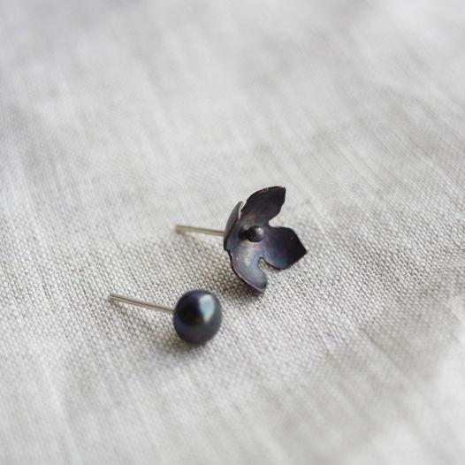 Сережки ассиметричные гортензия и жемчуг из серебра