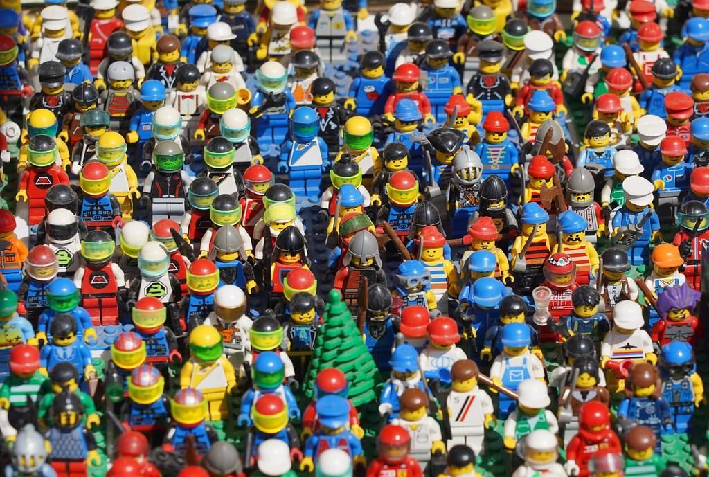 lego minifigs popualations