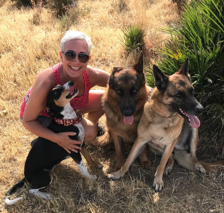 Artiklens forfatter Helle sidder med sine hunde