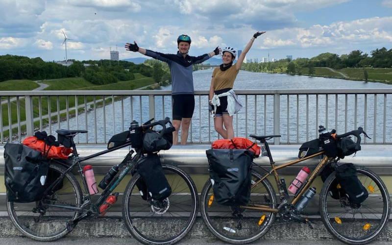 Sophia und Paddy mit ihren Bikes