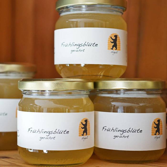 Honiggläser mit Bio-Frühlingsblütenhonig der Imkerei Fließgold