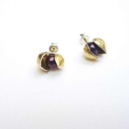 Серебряные серьги-гвоздики Фуксия с позолотой (внутри и снаружи) и жемчугом