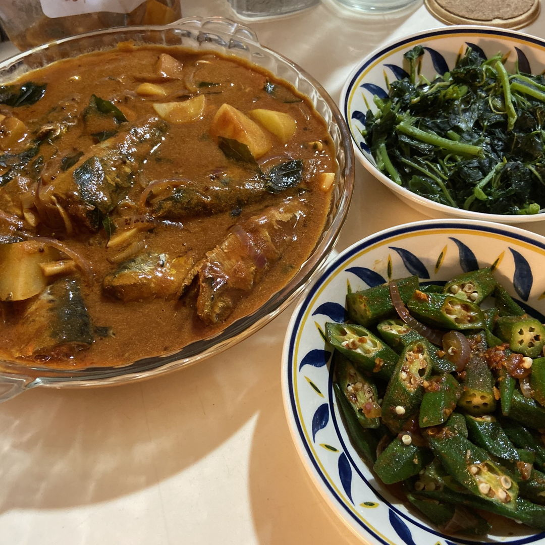 Sardine curry, spinach and spicy ladies' fingers for dinner☺️