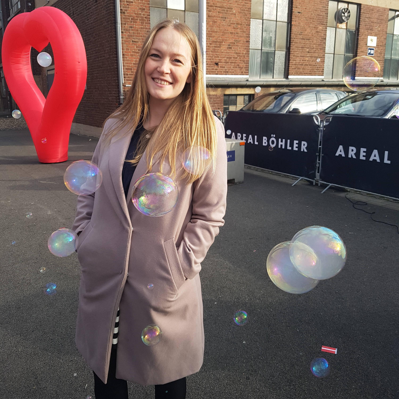 Outside Wedding fair TrauDich in Düsseldorf with bubbles