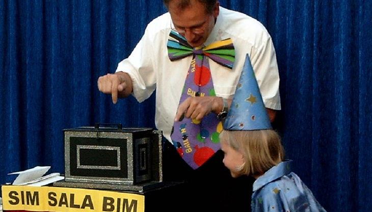 magic thomas zauberer mit kind auf der bühne neu