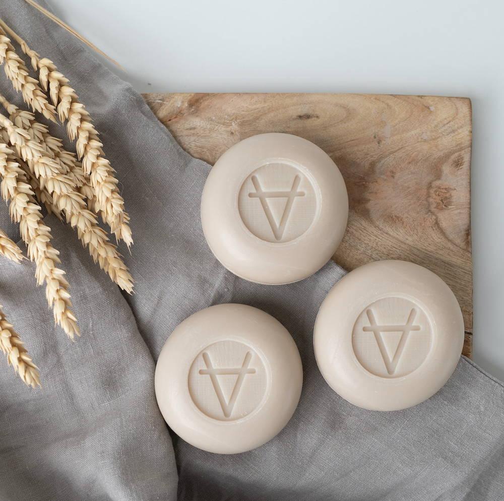 Le savon au lait de chèvre a de multiples bienfaits et vertus. Hydratation de la peau, effet contre l'acné et les problèmes de peau, tenseur naturel et bien d'autres.
