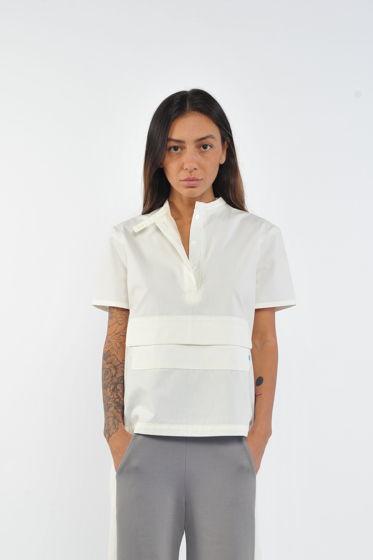 Белая рубашка с коротким рукавом и карманом