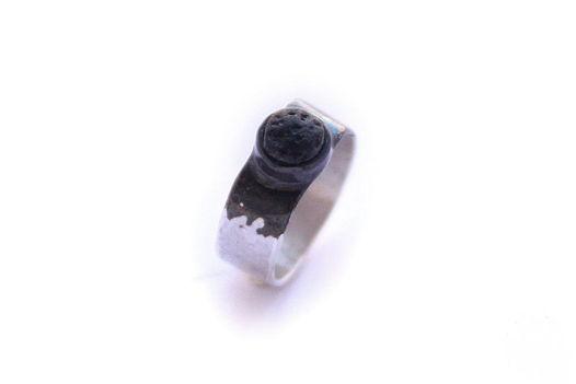 Женское кольцо из серебра с черной вулканической лавой
