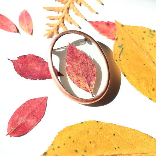 Овальная брошь с осенним листом.