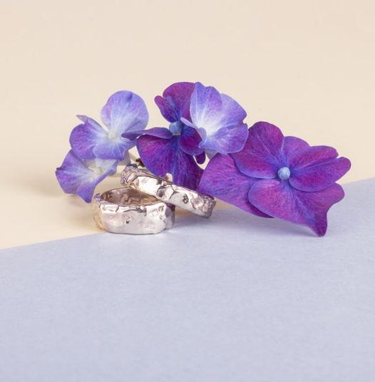 Золотые обручальные кольца с поверхностью «Метеорит»
