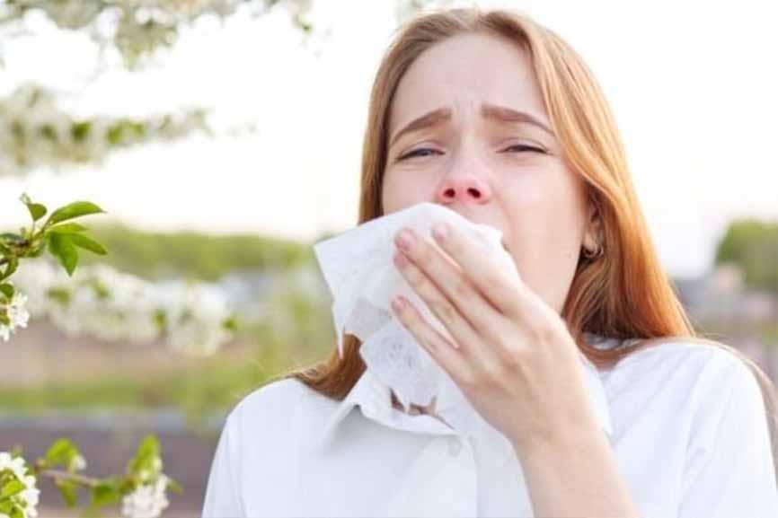 femme allergique aux pollens