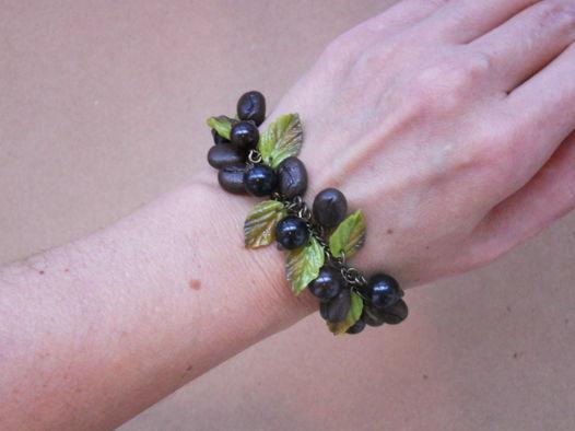 Браслет с ягодами черной смородины и кофе