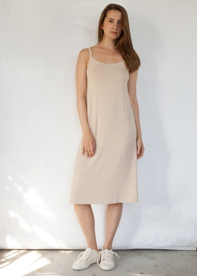 длинное нижнее платье-сорочка бежевого цвета