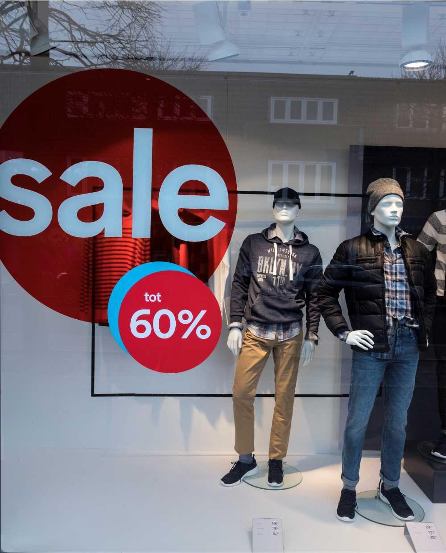Schaufensterbeschriftung an den Fenstern des Geschäfts weckt die Aufmerksamkeit der Passanten Werbe-Welt.Shop