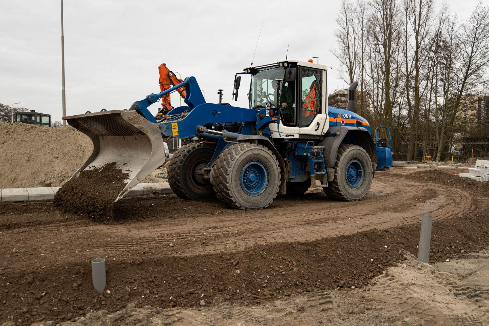 Bij Kronenburg werd dit weekend de rotonde aan de kant van de Saskia van Uylenburgweg aangesloten op de nieuwe Beneluxbaan. Op deze foto van zaterdag 15 februari is te zien hoe het puinbed van de weg wordt aangelegd.