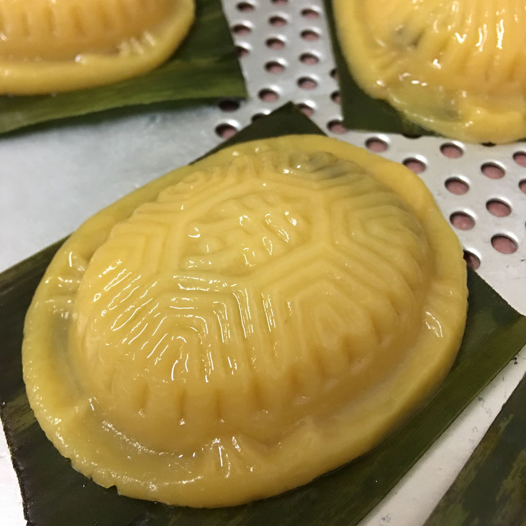 April 30th, 20 - my gal was asking for ang gu kueh with red bean paste filling. This time I got the perfect dough. Maybe after few times, slowly get to know the dough's feeling and texture. Happy, it was easily knocked out from the mould. word and tortoise shape are clearer. Keep it up!