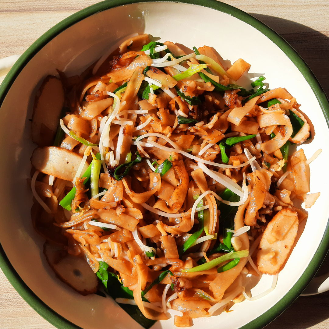 Made this for lunch today. I call this economy char koay teow. For those of you who grew up in Malaysia, you might know what I'm talking about ~ this type of fried koay teow usually is very plain and simple, cooked only in soy sauce and maybe oyster sauce, and usually cost around RM1-RM2!!! This particular dish contains very little nutritional value but it is very filling and satisfying! For this dish, I added my own homemade fishcakes that I made for a different meal I made.