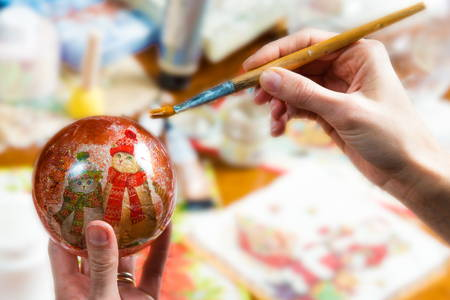 Make a personal Christmas gift with decoupage