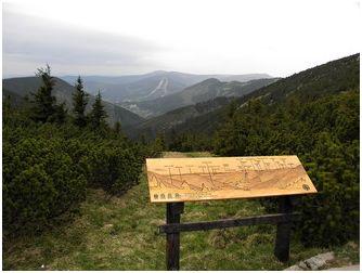 """Zejména na vyhlídkách je vhodné nahradit klasický svislý panel """"pultíkem"""" (foto z Krkonoš)."""